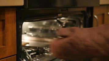 mujer sacando la sartén del horno | material de archivo gratis