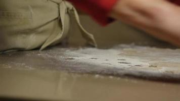 close up de mãos enrolando massa com rolo | filme de arquivo grátis video