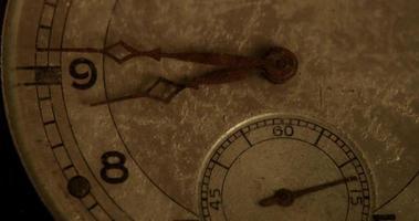 primer plano extremo de las manecillas del reloj que se mueven de 8:40 a 9:50 en un lapso de tiempo de 4 k