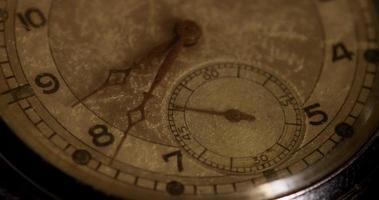 close-up extremo dos ponteiros do relógio movendo-se das 8h35 às 8h50 em um lapso de tempo 4k video
