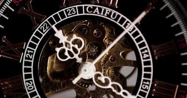 close-up extremo do relógio de bolso com belos ponteiros e maquinaria exposta chegando um minuto e sete segundos em um lapso de tempo de 4k