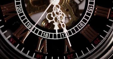 close-up extremo de relógio de bolso com maquinário exposto vindo de 5:25 a 5:58 em um lapso de tempo de 4k