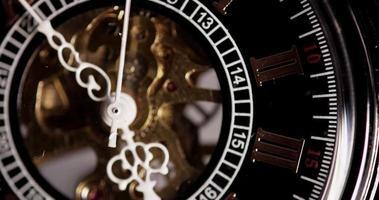 close-up extremo de relógio de bolso com maquinário exposto vindo de 4:50 a 5:19 em lapso de tempo 4k