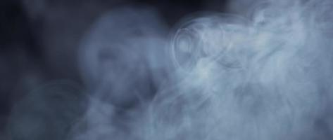 detalhe de lindos redemoinhos de fumaça movendo-se lentamente na escuridão em 4k