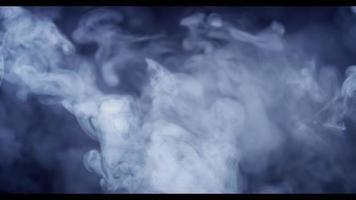nuages éthérés flottant lentement dessinant une texture de tourbillons et de spirales en 4k