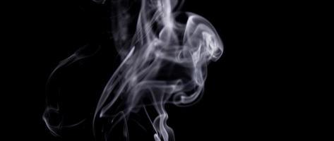 lignes fines mystiques de fumée blanche contrôlée dessinant des tourbillons blancs en 4k