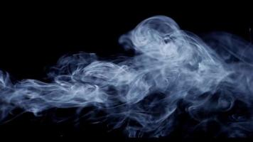 Cerca de humo con trayectoria horizontal y hermosas olas sobre fondo oscuro en 4k