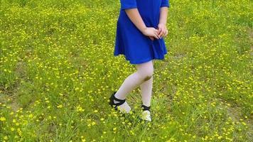niño pequeño corriendo por el campo de flores con vestido azul en | material de archivo gratis