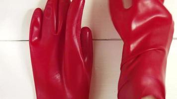 femme et gants en latex rouge