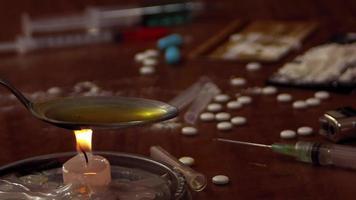 escena de adicción de una persona preparando una jeringa video
