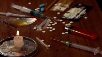 Escena de drogas duras con jeringas, vela y cuchara. video