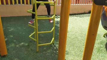 menina scalin em jogos de playground