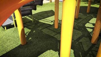 niños jugando en el patio de recreo