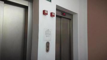 elevador com portas de metal 0519e video
