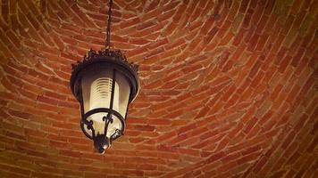 lâmpada no cofre de tijolos