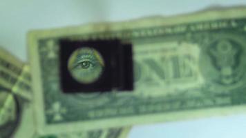 o olho do pirâmide em uma nota de dólar