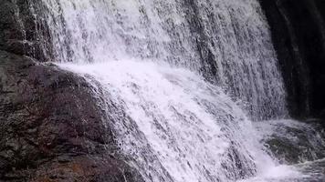detalhe de pequena cachoeira de dois níveis video