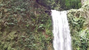gran cascada y rocas video