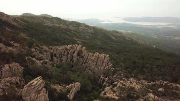 volando sopra le rocce in 4K