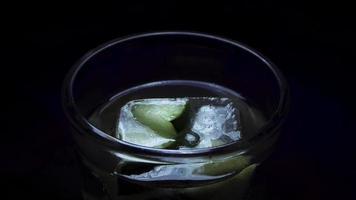 colocando un pepino congelado en hielo