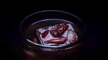 colocando una fresa congelada en hielo