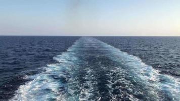 ondas atrás de uma balsa em 4k video