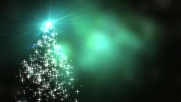 Schneeflockensternlichter konvergieren in den Weihnachtsbaum mit grünem Bokehhintergrund