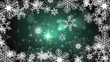 schöne Schneeflocken, die auf einem grünen Hintergrundlinsenfackelbokeh rotieren