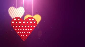Corazones de San Valentín de papel cayendo colgando de una cadena de fondo púrpura