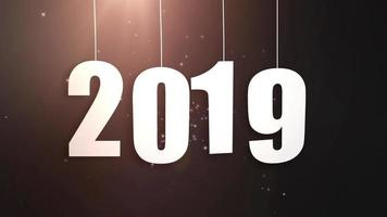 feliz ano novo 2019, números de papel branco pendurados em cordas caindo fundo preto
