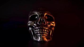 Schädel mit Kerzenlicht