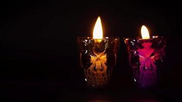 Kerzen in Schädelbehältern