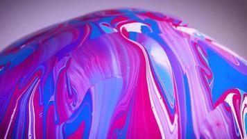 Pintura azul rosa y blanca sobre esfera de cristal