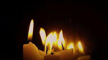 vier gruselige Kerzen und Wind