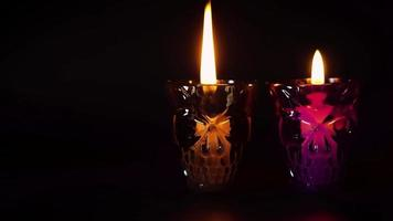 Contenedores de calaveras moradas y negras con velas apagadas