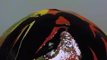 brillo y pintura negra sobre pintura naranja