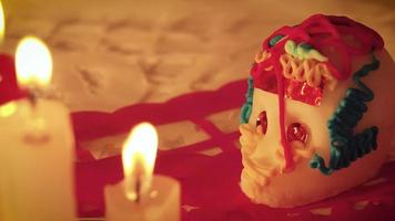 panoramique de gauche à droite du crâne de sucre et des bougies
