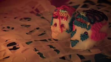panorâmica de duas caveiras de doces em papel perfurado tradicional