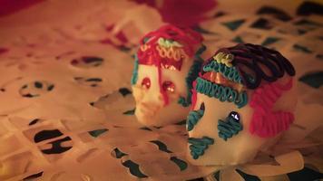 panorâmica de caveiras de doces à luz de velas em papel perfurado tradicional