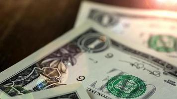 notas de dólar, fundo de dinheiro. dinheiro de dólares deitado na mesa de madeira retrato de george washington closeup nas contas