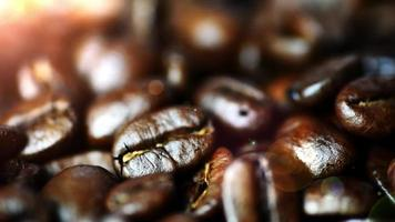 grãos de café fecham com luz quente do bokeh ao fundo
