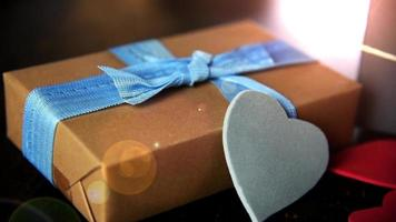 caixas de presente com corações de papel na mesa de madeira close-up video