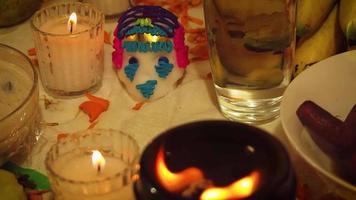 caveira de açúcar e velas com braseiro em primeiro plano video