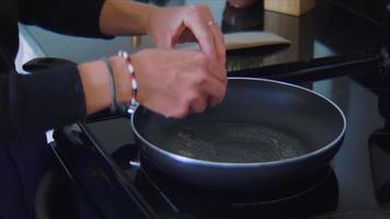 close-up de ovo frito em uma panela e um fogão elétrico