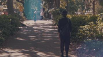 Toma de mano de mujer alejándose en el parque