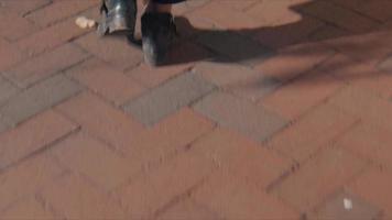 close-up de uma mulher andando na calçada video