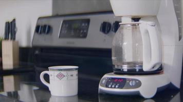 Cerca de la máquina preparando un delicioso café video