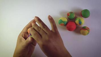 mulher fazendo esferas de massa colorida