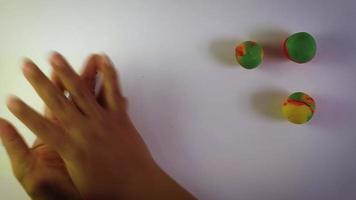 mulher fazendo esferas de massa coloridas