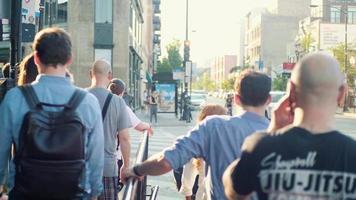 pessoas andando nas calçadas e nas faixas de pedestres das ruas de chicago